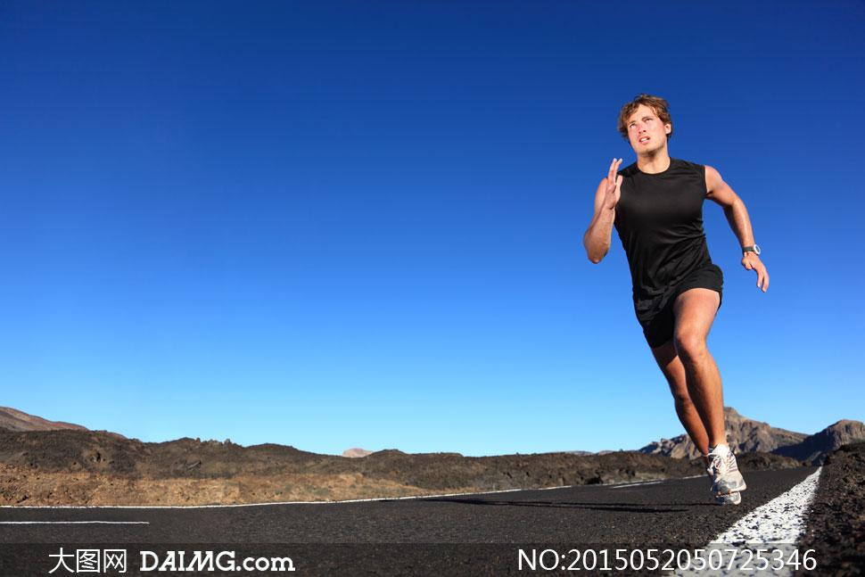 野外公路跑步运动男子摄影高清图片