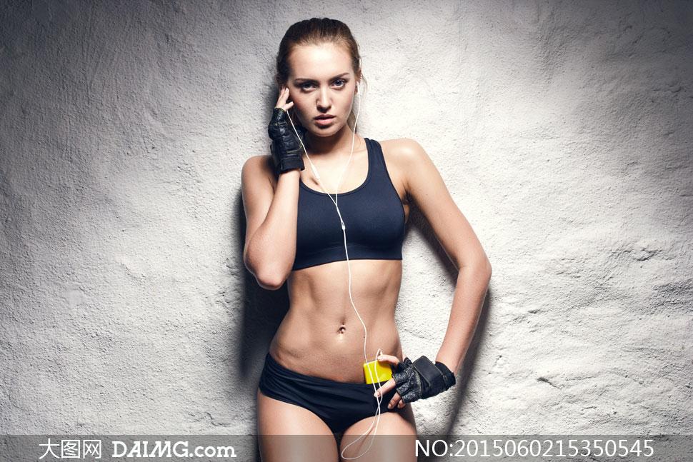 > 素材信息                          做仰卧起坐的健身美女摄影高清图片