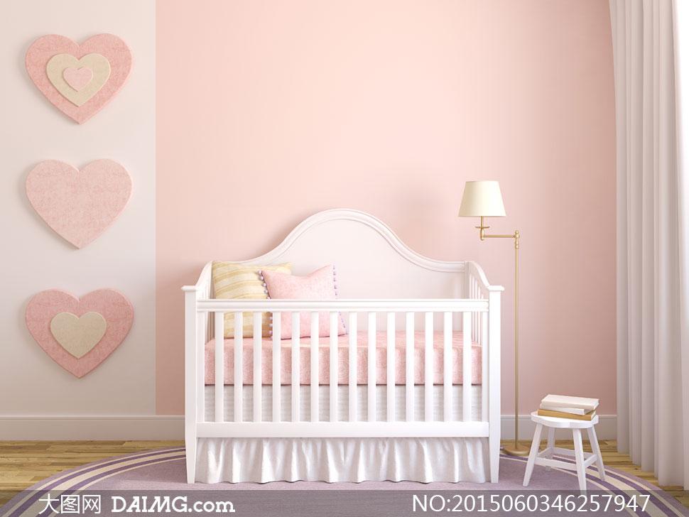 房间里的儿童床与心形装饰高清图片