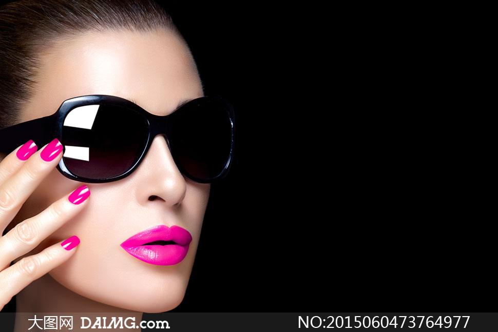 黑色背景前的浓妆美女摄影高清图片