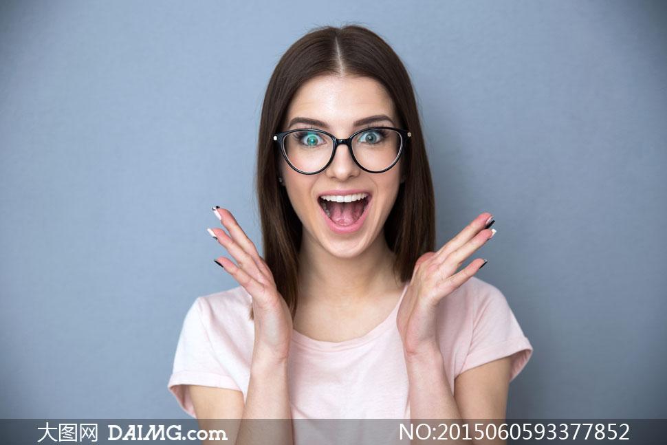 戴黑框眼镜的美女人物摄影高清图片