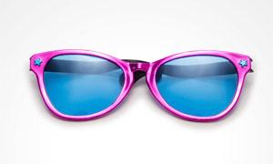 女式款紫色边框太阳镜特写高清图片