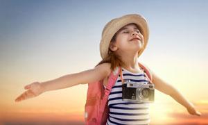 张开双臂做飞翔状的小女孩高清图片