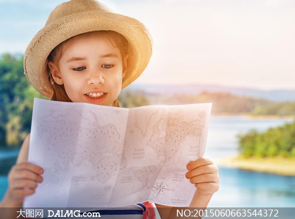 查看游览地图的小女孩摄影高清图片