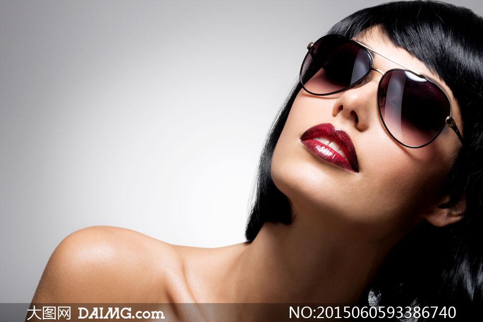 向斜上方看的墨镜美女摄影高清图片