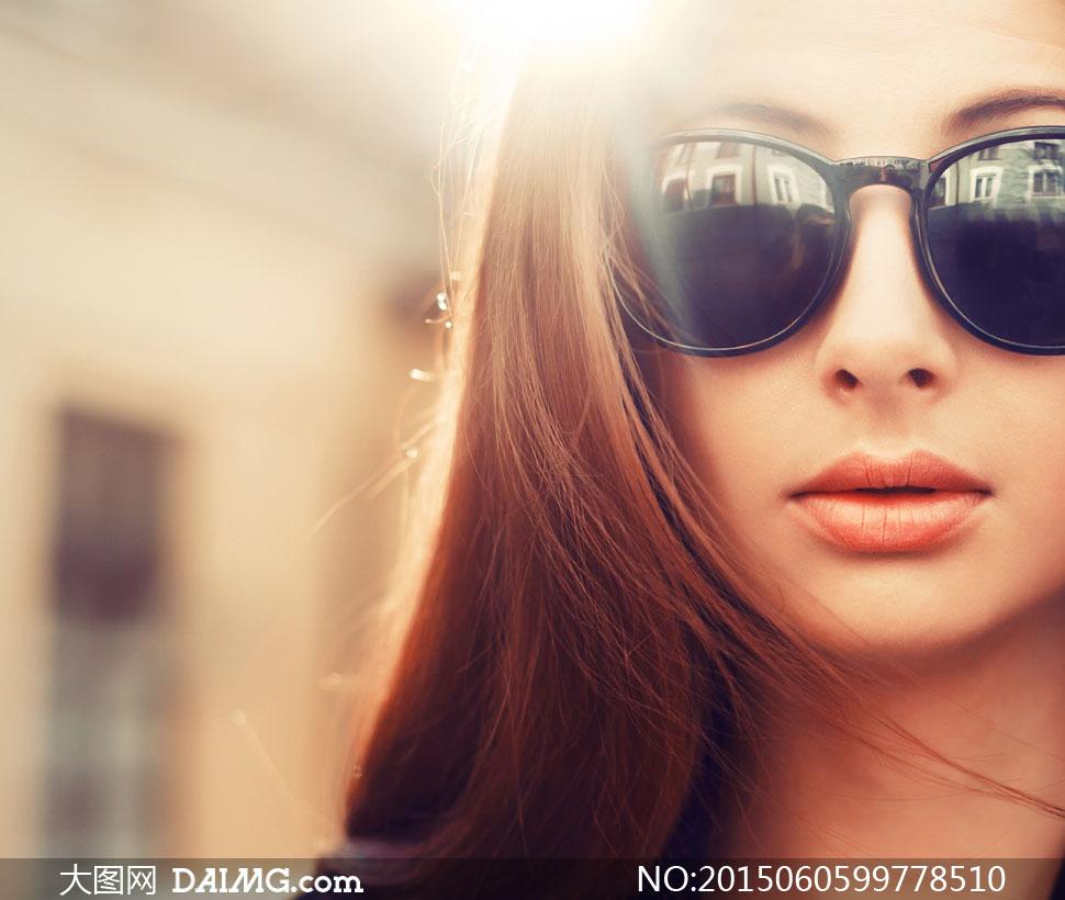 墨镜的秀发美女逆光摄影高清图片
