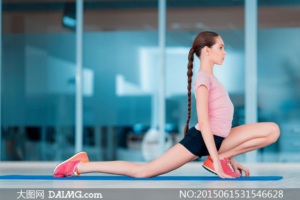 美女体育运动女人美女短袖v美女减肥瘦身侧面女性粉红色辫子黑色健身房开光人物大师给图片