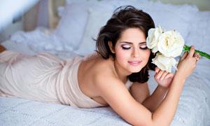 手里拿着白色玫瑰花的美女高清图片