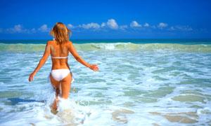 走向大海的比基尼美女背影高清图片