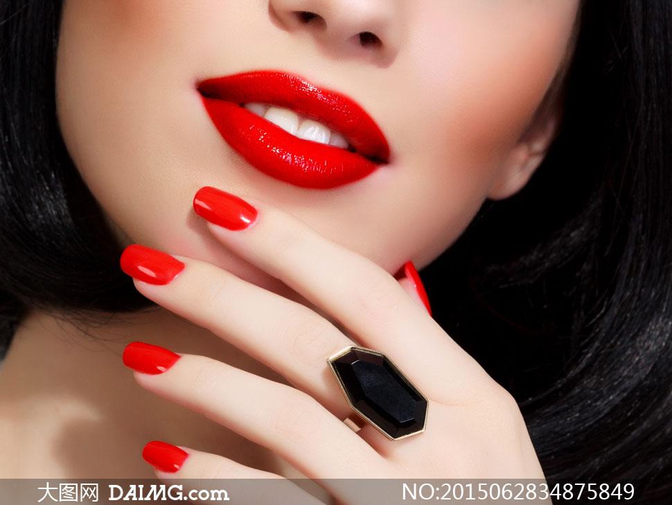美女戒指_戴大颗戒指的红唇美女摄影高清图片 - 大图网daimg.com