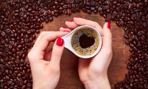 捧在手心里的爱心咖啡摄影高清图片