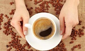 端在手心里的咖啡杯子摄影高清图片