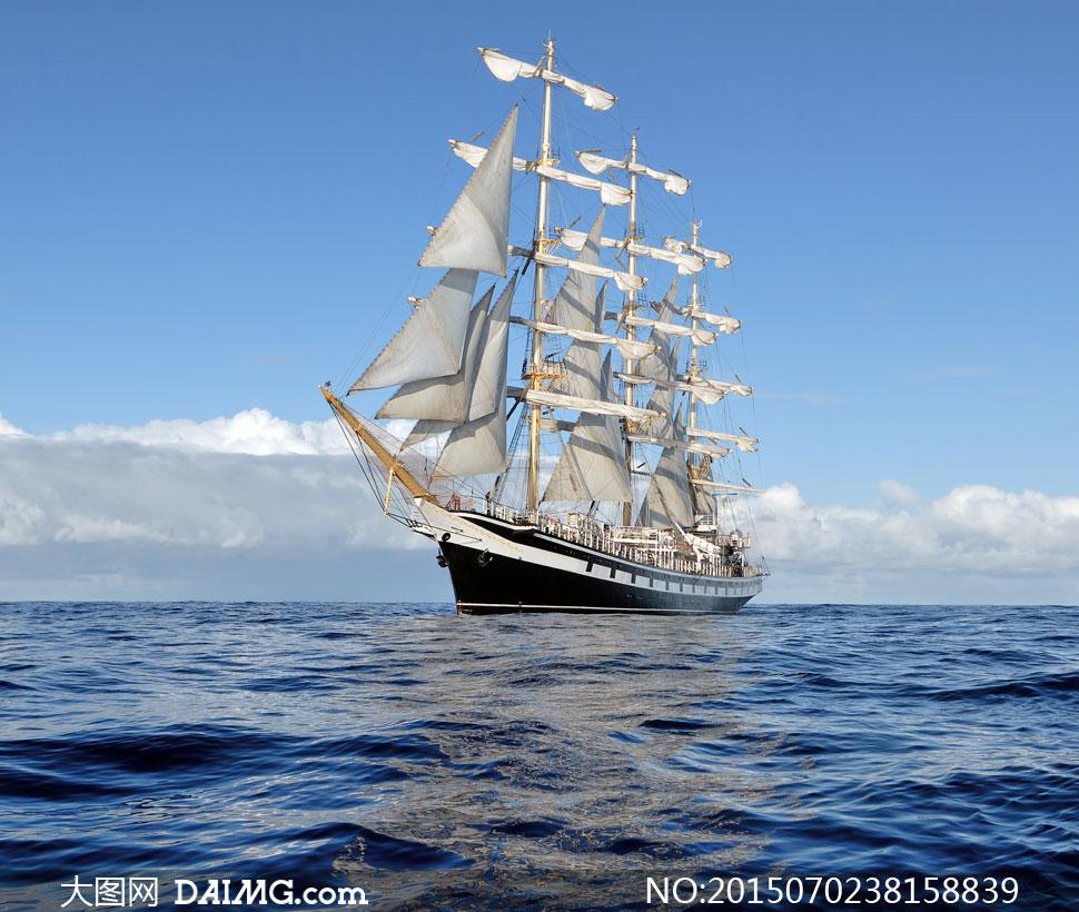 蓝天白云与海上航行的帆船高清图片
