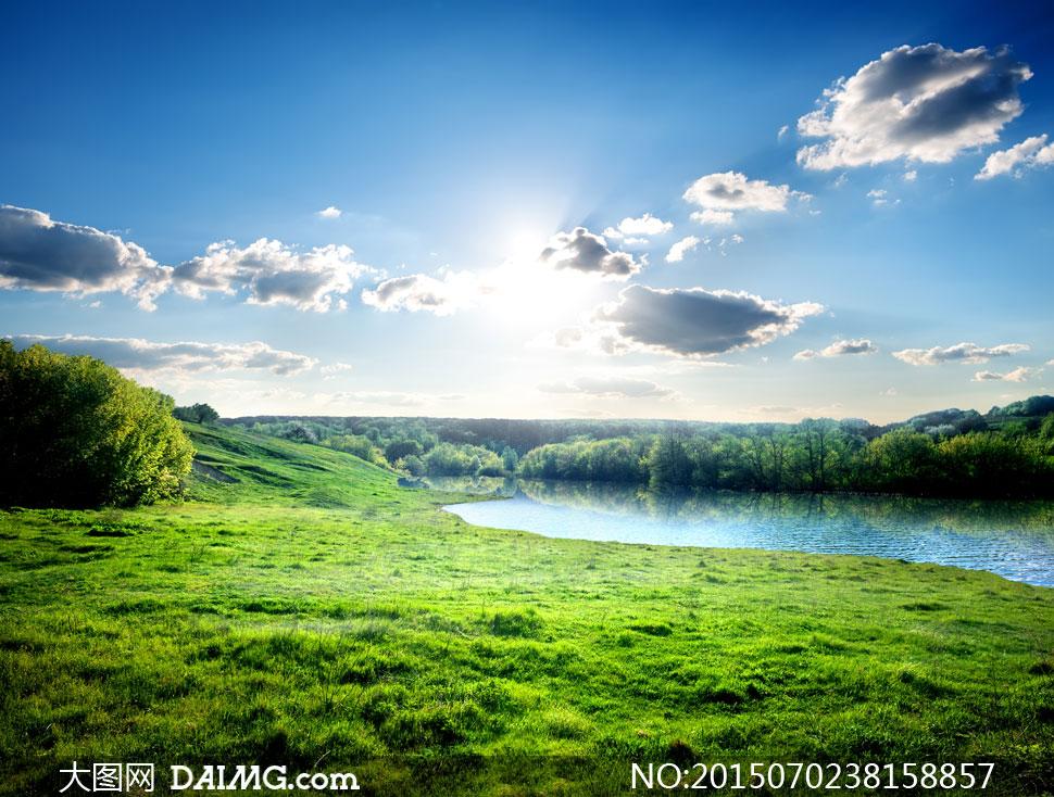 蓝天白云草地湖畔风景摄影高清图片