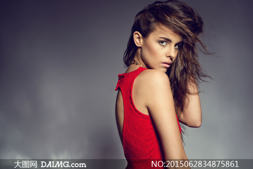 摄影人物美女女人女性近景特写写真黑色长发秀发露肩背心红色项链扭头