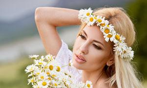 手里拿着花的裙装美女摄影高清图片