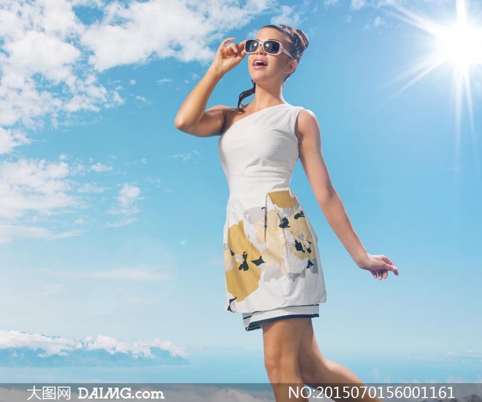 阳光下的斜肩裙装美女摄影高清图片
