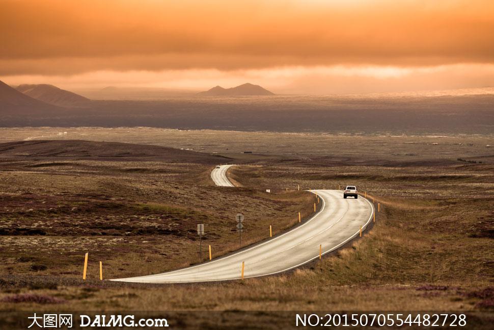 蜿蜒于旷野的公路风景摄影高清图片