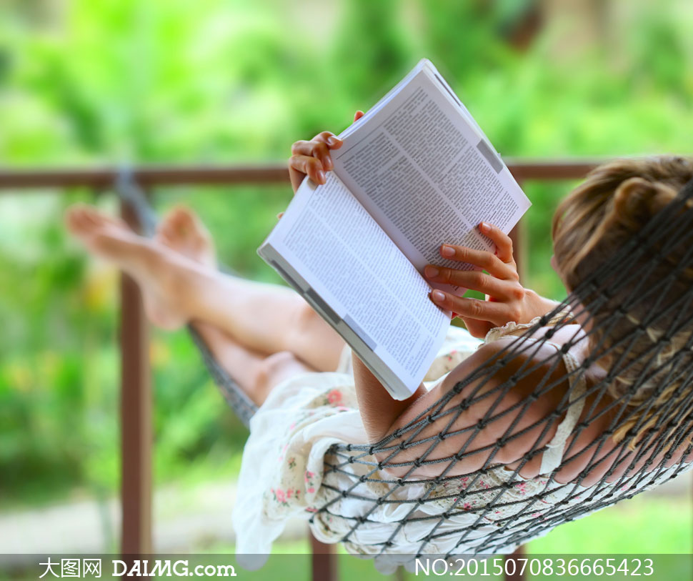 躺着吊床上看书的美女摄影高清图片