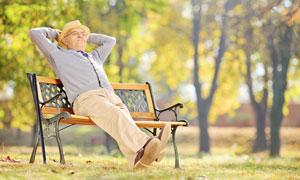 坐在公園長椅上的老人攝影高清圖片
