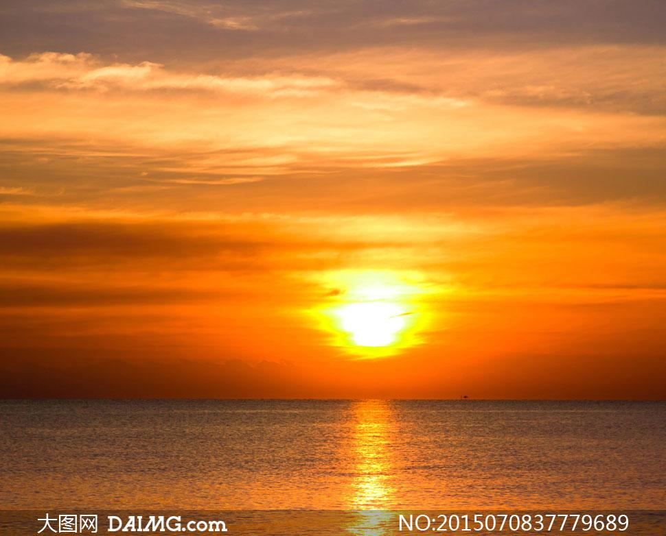 天空阳光与平静的海面摄影高清图片图片