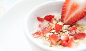 草莓与泡着燕麦片的碗摄影高清图片