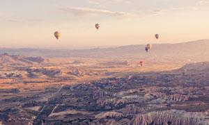 丘陵地貌与热气球景观摄影高清图片