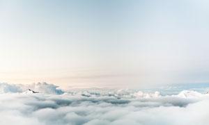 雪山与天空中滚滚白云摄影高清图片