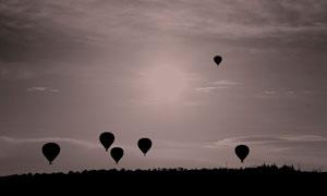 飘在空中的热气球剪影摄影高清图片