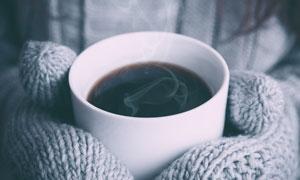 捧在手心里的温暖咖啡摄影高清图片