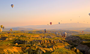 远山风光与升起的热气球等高清图片