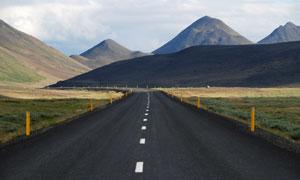 山峰与柏油路两旁风景摄影高清图片