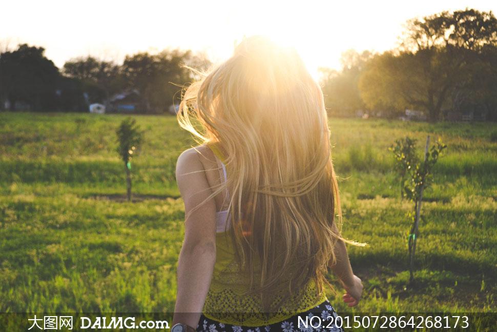 长发美女人物背影逆光摄影高清图片