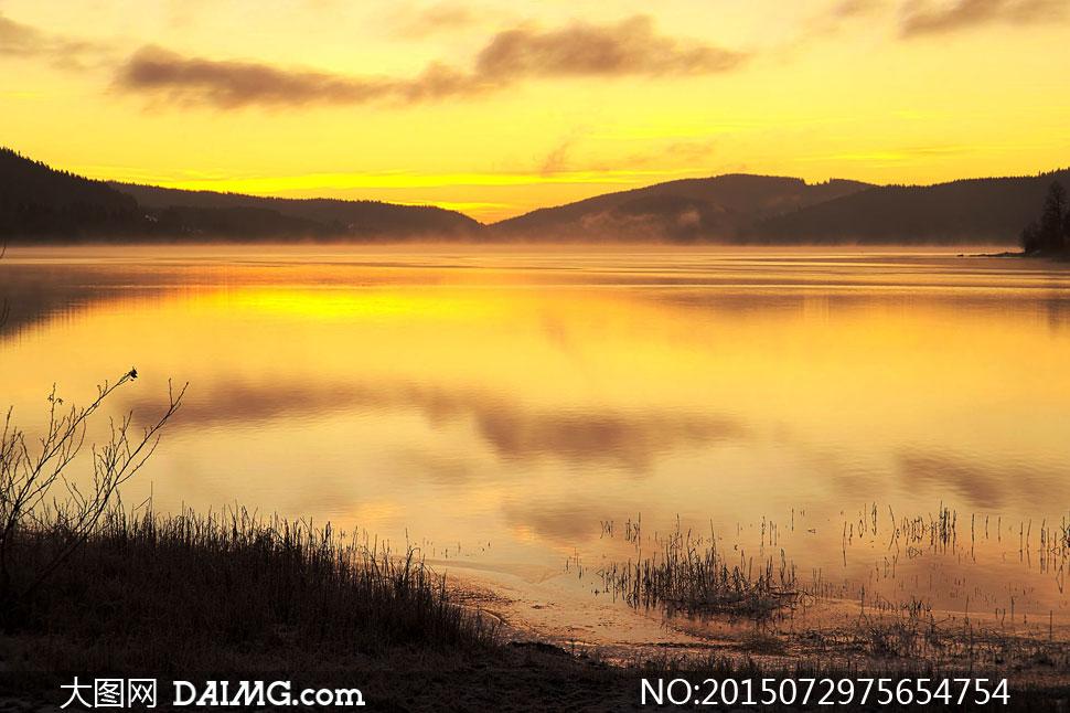 黄昏湖畔山峦自然风景摄影高清图片