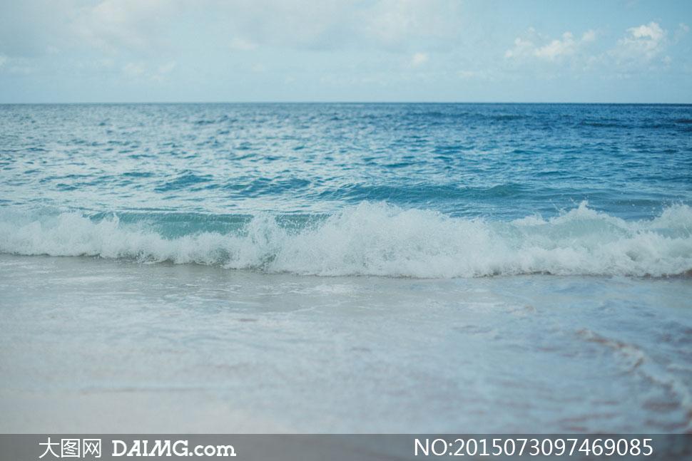 奔向大海边的潮水风光摄影高清图片