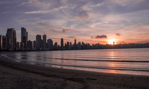 黄昏海边的城市建筑群摄影高清图片
