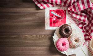 桌面上的饮料与甜甜圈摄影高清图片