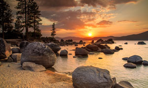 夕阳下的海岸风景摄影图片