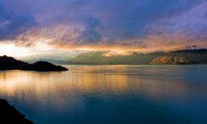 黄昏下的湖光山色摄影图片