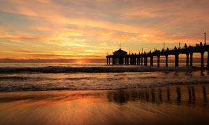 夕阳下的海边美景摄影图片