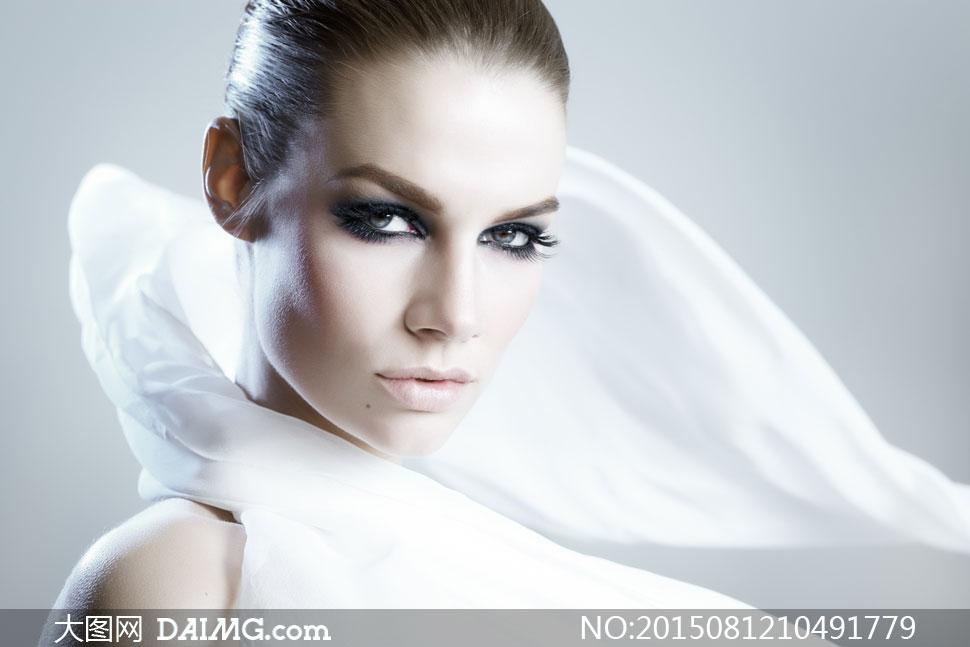 白色飄帶纏繞著的美女攝影高清圖片