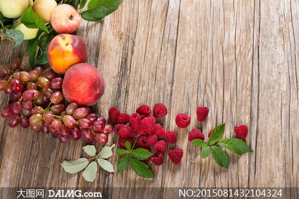 在木板上的桃子等水果摄影高清图片