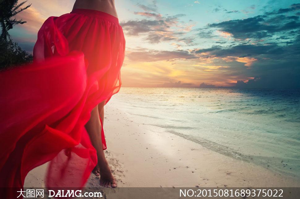 天空云霞与海边的红裙美女高清图片