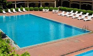 游泳池与白色的躺椅等摄影高清图片
