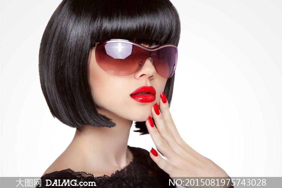 戴着眼镜的波波头美女摄影高清图片 大图网设
