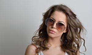 戴着太阳镜的披肩卷发美女人物图片
