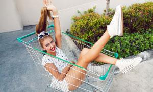 在购物车里的美女写真摄影高清图片