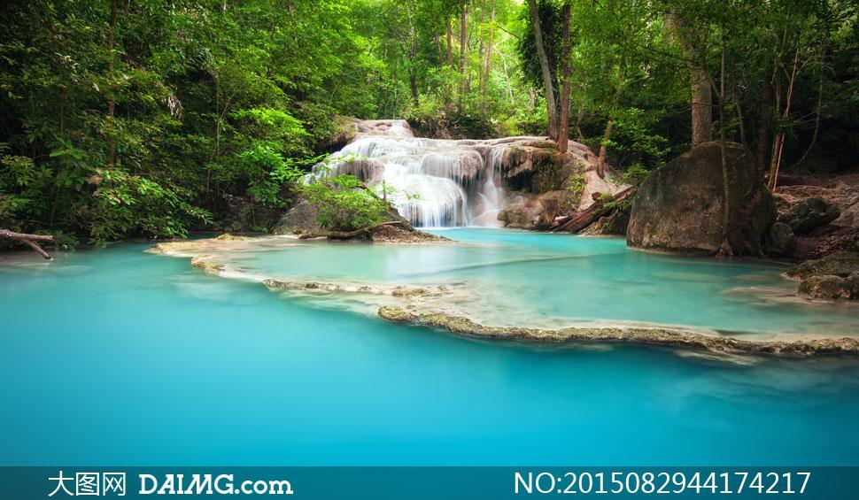 瀑布潭水与葱绿的树木摄影高清图片