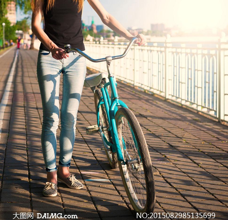 自行车美女图片_沿湖边推着单车的美女摄影高清图片 - 大图网素材daimg.com