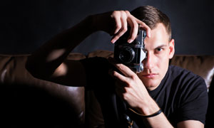 查看拍照效果的摄影师人物高清图片图片